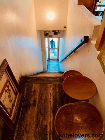 カフェスペースへと続く階段