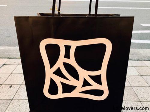 お洒落なデザインの黒い紙袋